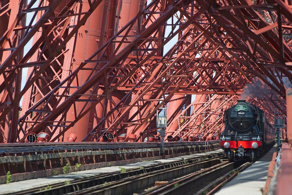 Поезд проходит через Форт Бридж