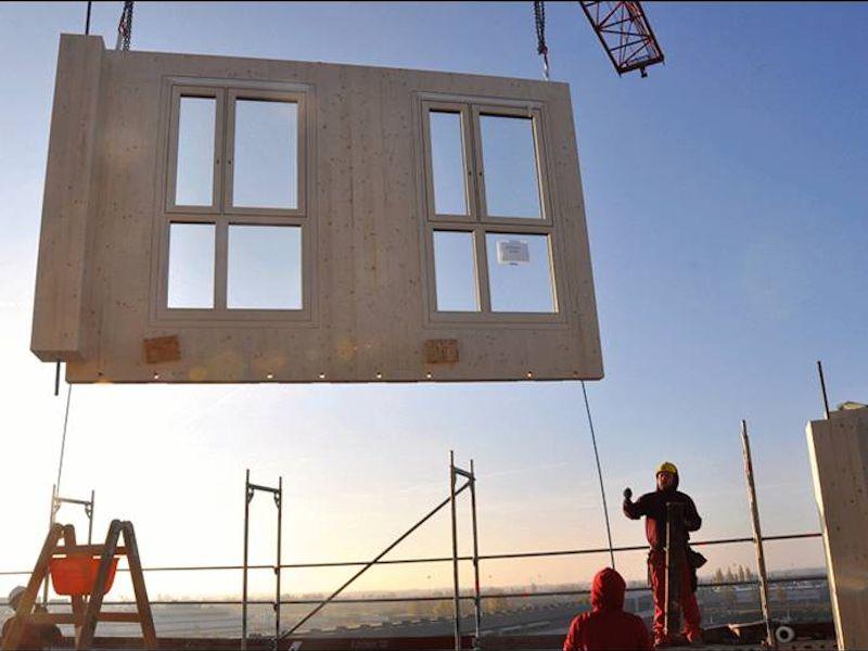 Сборка производится из готовых модулей (колонны, балки, плиты перекрытия и стеновые панели)