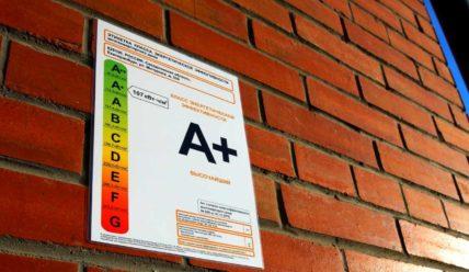 Класс энергоэффективности новых многоквартирных зданий в Москве указывается на фасадах