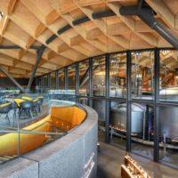Завод виски Macallan в Шотландии с озелененной деревянной крышей