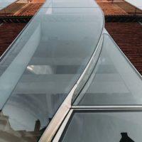 В Амстердаме выполнена эффектная «стеклянная» реконструкция фасада бутика по проекту UNStudio