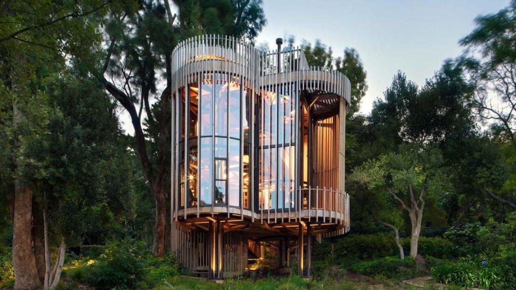 Четырехэтажный дом среди деревьев в Кейптауне