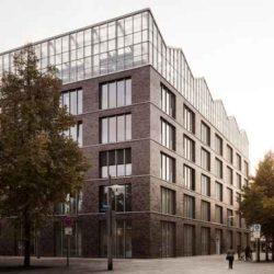 Административное здание с теплицей на крыше в Германии