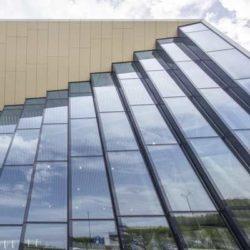 Эффектный стеклянный фасад аэропорта в Саратове