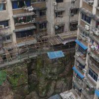 В Китае статуя Будды более 40 лет использовалась в качестве подпорной стены многоэтажного жилого здания