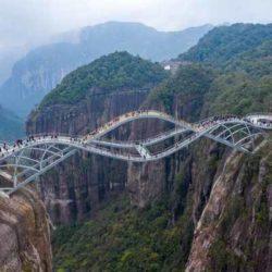 «Изгибающийся» стеклянный мост в Китае