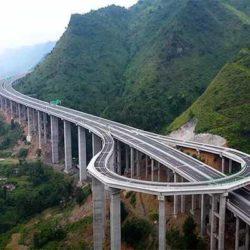 Разворотная петля на скоростном горном виадуке в Китае