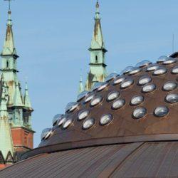 В Польше в крышу автовокзала вмонтировали 169 световодов