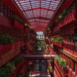 В Шанхае построили офисное здание, разделенное крытой улицей