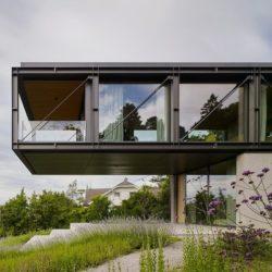 Консольный дом на склоне в Австрии