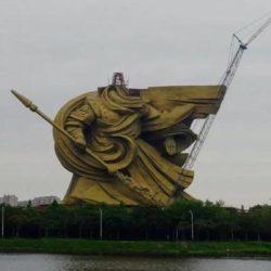 В Китае разбирают огромную статую Гуань Юя